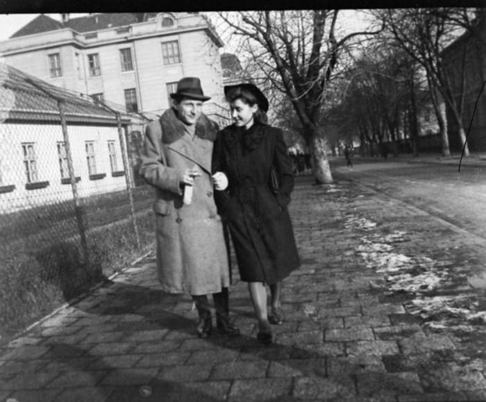 На старих фото рідко можна побачити закохану пару, котра обіймається чи цілується, оскільки це було поза нормами тодішньої моралі. Натомість досить багато світлин, де закохані прогулються разом по вулицях Львова. Фото 30-х рр. XX ст.
