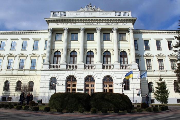 Студенти Львівської Політехніки часто лекції проводили не у цьому розкішному корпусі, а у кнайпах недалеко від нього.