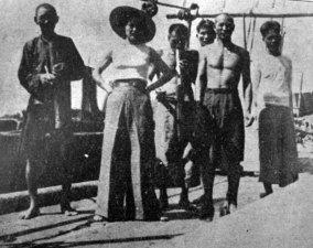 Софія Яблонська на китайському паруснику серед залоги, середина 1930-х рр.