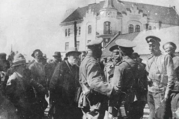 Передача ключів від міста російським військовим на Личаківській рогатці в 1914 році.