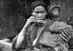 Селянка з двома дітьми, Китай, 1930-ті рр. (фото С. Яблонської)