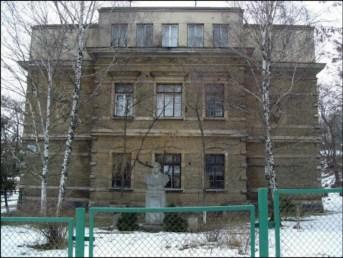 Пам'ятник Шевченкові в подвір'ї 63 школи на вул. Личаківській.