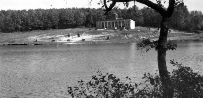 Піонерське озеро та павільйон прокату човнів. Фото 1960-х рр.