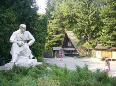 Пам'ятник Шевченкові біля входу до Шевченківського Гаю. Сучасне фото