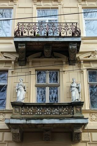 Балкон будинку прикрашений статуями Скульптури і Музики авторства Леонарда Марконі