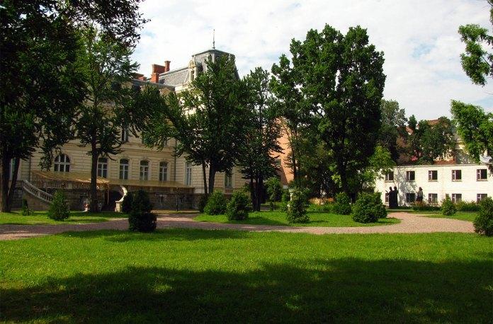 Задній двір Палацу Потоцьких, де знаходилась перша шахта, фото 2013 року (фото взяте з :https://ru.wikipedia.org/)