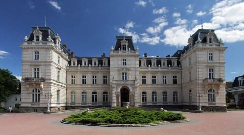 Палац Потоцьких, збудований у стилі бароко 1880 року за проектом французького архітектора Луї Альфонса Рене Доверн'є