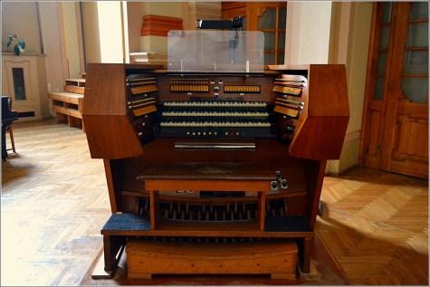 Новіший замінений пульт органу в костелі Марії Магдалини з надписом «Rieger-Kloss» (Фото Тетяна Жернова, 2016р)