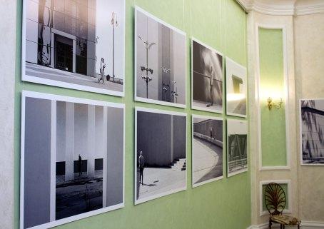 Експозиція виставки світлин з циклу «Новий світ»