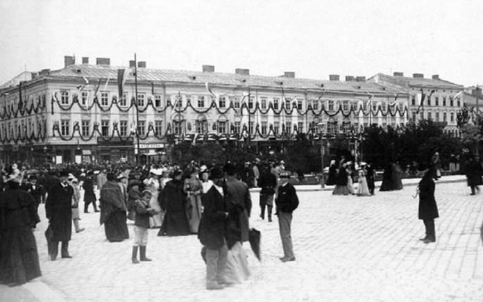 Гауснерівський дім на проспекті Свободи, оздоблений святковими гірляндами. Фото 1894-1914 рр.