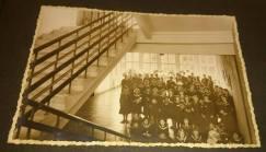 Гімназистки-уршулянки стоять в холі 2-ого поверху. Фото 1932-1939 рр.
