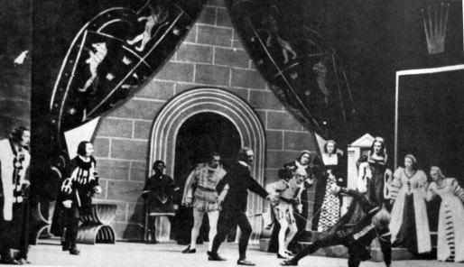 Сцена із вистави «Гамлет» В. Шекспіра у постановці Й. Гірянка на сцені Львівського оперного театру, 1943 р.