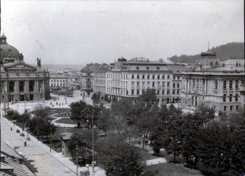 Вигляд площі перед Оперним театром в 1915 році