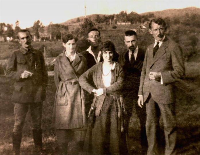 Зліва направо: Ярослав Чиж, Парасковія Чмола, Василь Кучабський, Таїсія Юрієва, Іван Чмола, Євген Коновалець. Ворохта, 1921 рік