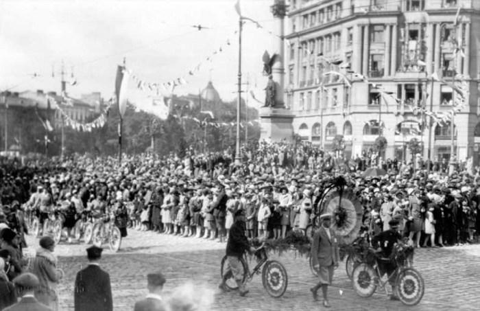 Святковий парад на площі Міцкевича в котрому беруть участь велосипедисти. Фото 1921-1930 рр.