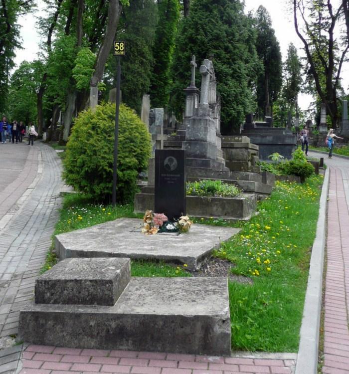 Пам'ятник Якову Гніздовському на Личаківському цвинтарі. Фото з strichka.com