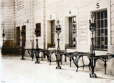 Головний зал центрального залізничного вокзалу. У 1902-1903 роках Краківський завод металевих виробів Горецького виготовив бар'єри з поручнями для вокзальних кас. Фото 1904 року