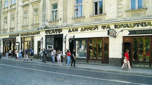 Будівля на вулиці Гнатюка, 11 (колишня Яґелонська).У 1895 році сюди переїздить львівський єврейський театр, який орендує приміщення до 1939 р.