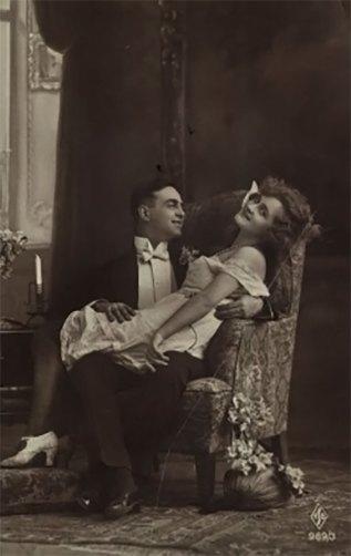 Чоловік у фотелі і жінка, що сидить на його колінах, між 1910–1930 рр. Джерело: https://polona.pl