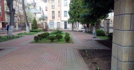 Львів, вул. Туган-Барановського 10. Невелика клумба перед фасадом будинку.