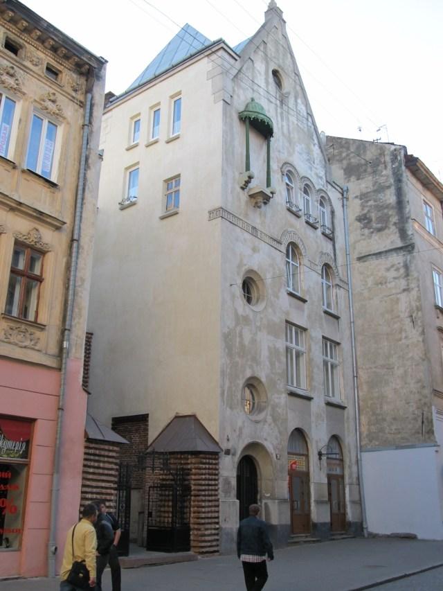 Вхід до Вірменської церкви з вулиці Краківської. Сучасне фото