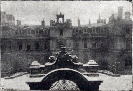 Палац Потоцьких після пожежі внаслідок авіакатастрофи. Фото 1919 року