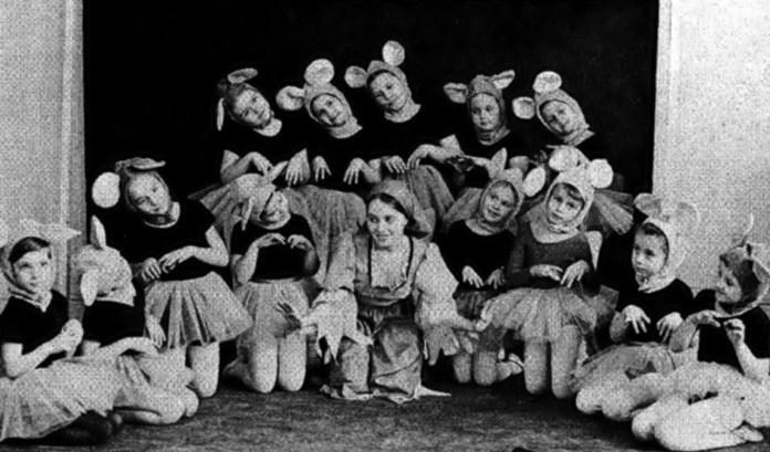 Квітка Цісик у ролі Попелюшки та маленькі «мишки» в однойменному балетному спектаклі у постановці Роми Прийми (за сайту korrespondent.net)