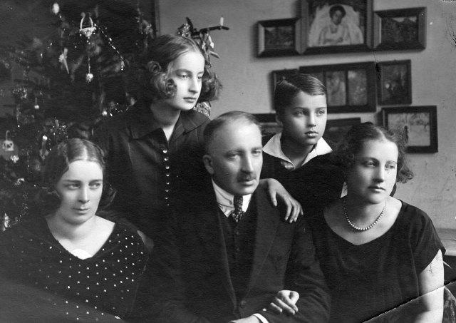 Іван Голубовський з сестрою Леонтиною, дружиною Ядвігою, донькою Галею і сином Андрієм, 1920-ті рр.