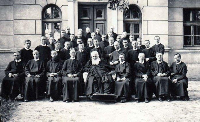Митрополит Андрей Шептицький з семінаристами на Збоїськах. Богдан Курилас стоїть у першому ряді п'ятий справа