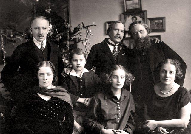 Іван Голубовський (стоїть ліворуч) зі сестрою Леонтиною, сином Андрієм, донькою Галею, дружиною Ядвігою, Миколою Вороним та Олексою Новаківським, кінець 1920-х рр.