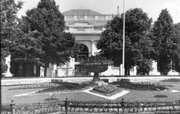 Клумба, облаштована в фонтані на фоні Палацу мистецтв