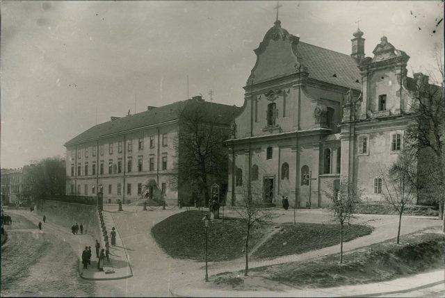 Геологічний та біологічний факультети містяться в старому головному корпусі університету. Фото кінця XIX - поч. XX ст.
