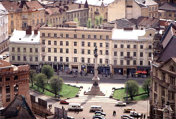 Вигляд будівлі колишнього готелю перед її демонтажем в 2000-х роках. Фото 2000-2004 рр.
