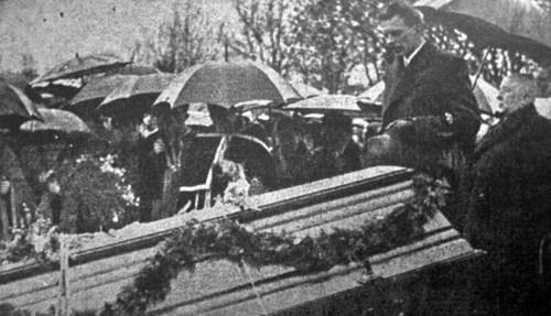 Містоголова УФОТО Степан Щурат говорить останнє слово на похороні Євгена Дурделла, 1938 р. (Світло й Тінь. – 1938. – Ч. 4/5)