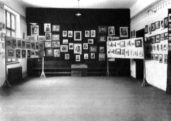 Експозиція Першої виставки української аматорської фотографії, Львів, 1930 р. Фото Д. Фіґоля (Dawna fotografia lwowska 1839–1939. – Lwow, 2004)