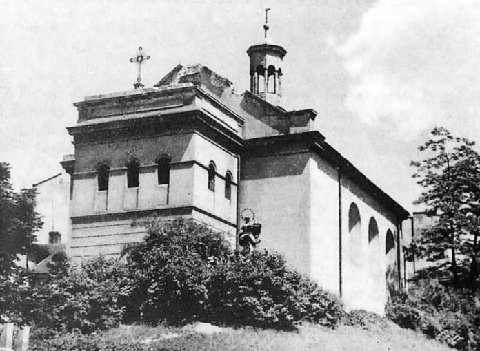 Костел Марії Сніжної, біля входу видно Скульптуру Богородиці. 1930-ті