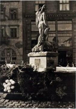 Фонтан «Амфітріта», на фото видно фрагмент будинку Ціпперів (№32), споруджений у 1912 р., у 1912-1939 рр. тут був розташований універмаг. Фото 1938 року