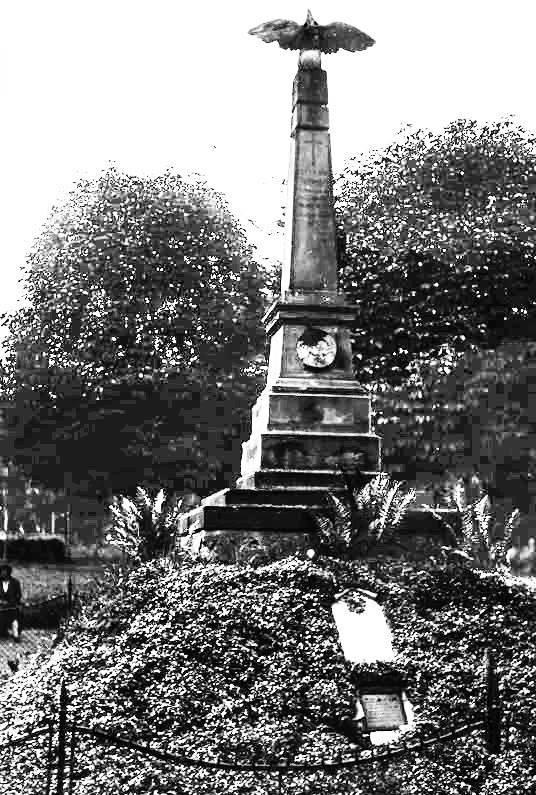 Обеліск на Горі Страт, навколо котрої Рерінгом було створено парк Вісіньовського. Фото кінця XIX ст.