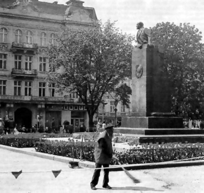 Пам'ятник Леніну у Львові у вересні 1990 року напередодні демонтажу
