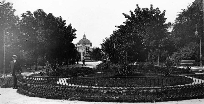 Клумба на проспекті Свободи, до 1925 рр.
