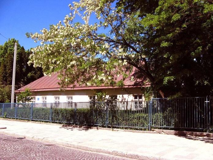 Адміністративний будинок ботанічного саду (вигляд з вулиці Пекарської)