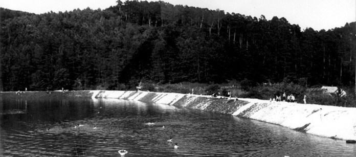 """""""Комсомольське"""" (Винниківське) озеро було створене шляхом комсомольської будови. Фото 1953 року"""