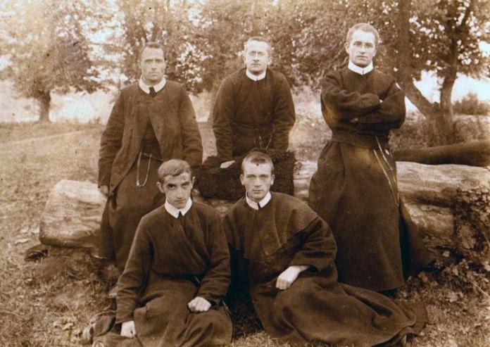 Отець Миколай Чарнецький (на задньому плані крайній зліва) під час новіціату - http://cssr.lviv.ua/word/articles/?article=1629
