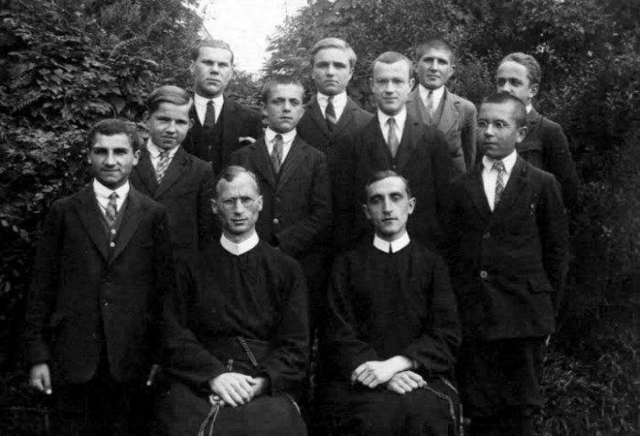 Отці Луї Ван Ганзенвінкель та Роман Бахталовський з вихованцями ювенату