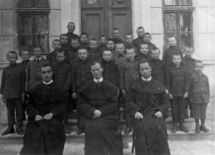 Отець Ван Ганзенвінкель та його помічники отці Бахталовський і Чарнецький з учнями в перші роки ювенату. Початок 1920-х