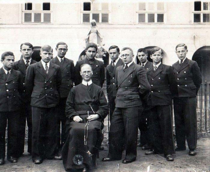Отець Луї Ван Ганзенвінкель з вихованцями ювенату. Зліва від отця стоїть Василь Михайлюк, майбутній священик-редемпторист. 1939 р.