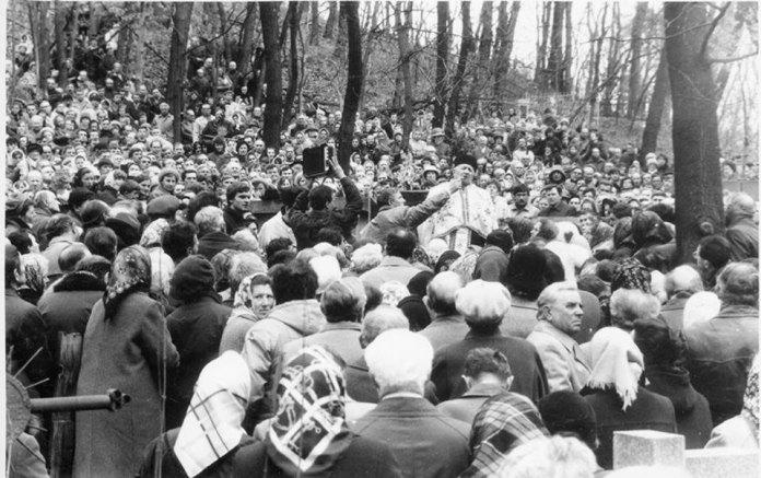 Отець Василь Михайлюк проповідує на могилі владики Миколая Чарнецького. Личаківський цвинтар, 1989 р.