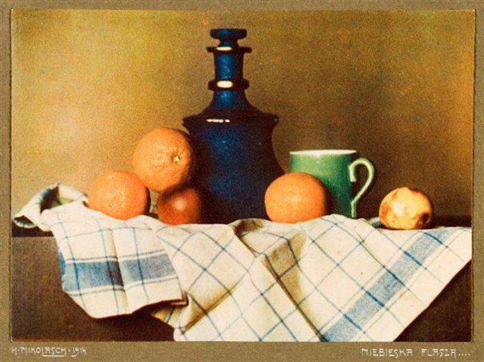 «Синя фляшка» – одна із найвідоміших фотографій Міколаша зроблена в техніці трирівневої «гуми», що дозволяла отримати кольорове зображення. Ця техніка була вельми популярна в мистецькому фото на початку ХХ століття.