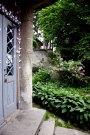 Львів, будинок на вул. Ген. Грицая, 4( на фото видно автентичні двері та частину декорування стін)