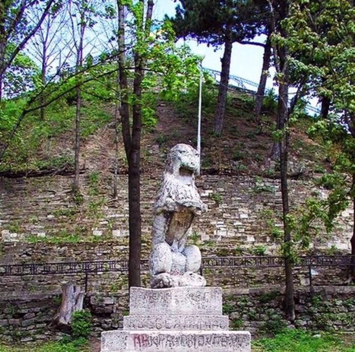 «Лев Лоренцовича» – скульптура кам'яного лева, встановлена 1589 року на високій колоні ліворуч від головної брами ратуші Львова. Після обвалу ратушної вежі 1826 року лева зняли, а 1874 року, у п'яту річницю насипання кіпця Люблінської унії встановили на Високому замку